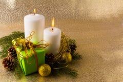 Velas de la Navidad blanca que brillan intensamente Imagen de archivo libre de regalías
