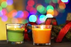 Velas de la Navidad con el fondo borroso coloreado Fotos de archivo libres de regalías