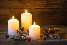 Velas de la Navidad con las bolas rojas y la decoración natural Fotografía de archivo libre de regalías