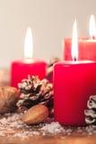 Velas de la Navidad con las decoraciones de la Navidad, la Navidad o la atmósfera del Año Nuevo Imágenes de archivo libres de regalías