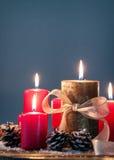 Velas de la Navidad con las decoraciones de la Navidad, la Navidad o la atmósfera del Año Nuevo Foto de archivo libre de regalías