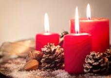 Velas de la Navidad con las decoraciones de la Navidad, la Navidad o la atmósfera del Año Nuevo Fotografía de archivo