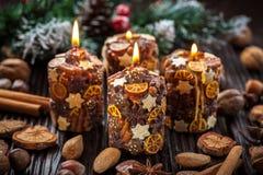 Velas de la Navidad con las especias y las tuercas imagen de archivo libre de regalías