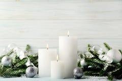Velas de la Navidad con las ramas del abeto Fotos de archivo