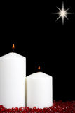 Velas de la Navidad con los granos rojos Imágenes de archivo libres de regalías