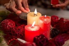 Velas de la Navidad de la iluminación de la mano del niño Fotos de archivo libres de regalías