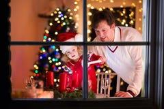 Velas de la Navidad de la iluminación del padre y de la hija Fotos de archivo