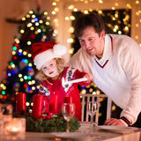 Velas de la Navidad de la iluminación del padre y de la hija Imagenes de archivo