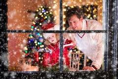 Velas de la Navidad de la iluminación del padre y de la hija Imágenes de archivo libres de regalías