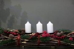 Velas de la Navidad de las decoraciones en fondo gris fotografía de archivo libre de regalías