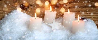 Velas de la Navidad en la nieve Imagenes de archivo