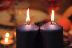 Velas de la Navidad en la tabla festiva en diciembre Fotografía de archivo libre de regalías