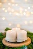 Velas de la Navidad en un ballsChrist de la Navidad de la rama y del oro del abeto Fotografía de archivo