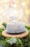 Velas de la Navidad en una rama del abeto y bolas de la Navidad Imágenes de archivo libres de regalías