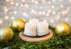 Velas de la Navidad en una rama del abeto y bolas de la Navidad Imagen de archivo libre de regalías