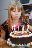 Velas de la torta de Brithday de la muchacha Imagenes de archivo
