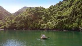 Velas de los pares en el barco en el lago por la bahía de la herencia de la UNESCO almacen de video
