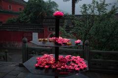 Velas de Lotus en un templo budista China del wushu del taoist fotos de archivo libres de regalías