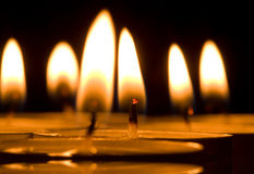 Velas de luz Fotos de archivo libres de regalías