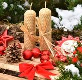 Velas de madera de la textura de las bolas rojas del árbol de la decoración de la Navidad Fotos de archivo