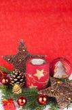 Velas de Navidad en fondo rojo Foto de archivo libre de regalías