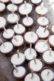 Velas de ofrecimiento del rezo del templo, Nepal Imagen de archivo libre de regalías