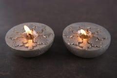 Velas de plata con los copos de nieve Fotografía de archivo libre de regalías