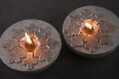 Velas de plata con los copos de nieve Fotografía de archivo