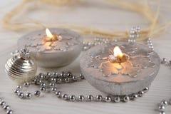 Velas de plata con los copos de nieve Fotos de archivo libres de regalías