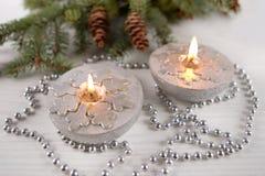 Velas de plata con los copos de nieve Imagen de archivo
