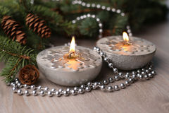 Velas de plata de la Navidad con los copos de nieve Imágenes de archivo libres de regalías