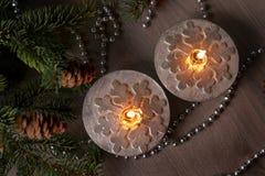 Velas de plata de la Navidad con los copos de nieve Imagen de archivo