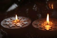 Velas de plata de la Navidad con los copos de nieve Imagenes de archivo