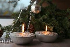 Velas de plata de la Navidad con los copos de nieve Fotos de archivo libres de regalías