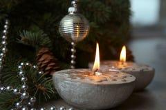 Velas de plata de la Navidad con los copos de nieve Foto de archivo libre de regalías