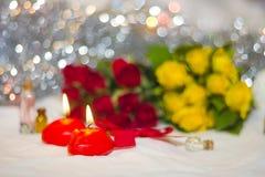 Velas de primer y rosas Fotografía de archivo