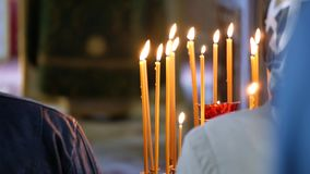 Velas de queimadura da cera em um castiçal na igreja ortodoxa video estoque