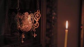 Velas de queimadura da igreja em um castiçal durante missas vídeos de arquivo