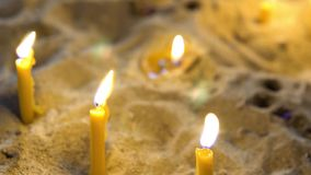 Velas de queimadura do feriado iluminadas na igreja filme