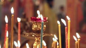 Velas de quemadura en la iglesia