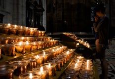 Velas de quemadura en Milan Cathedral fotos de archivo
