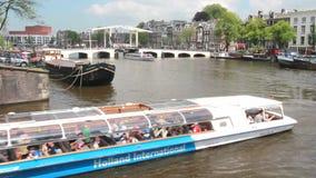 Velas de Tourboat debajo del puente en Amsterdam almacen de video