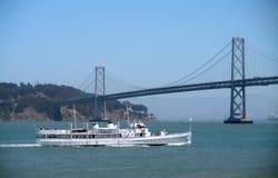 Velas de USS Potomac hacia el puente de la bahía Imágenes de archivo libres de regalías