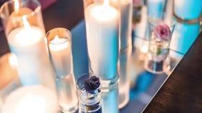 Velas decorativas na tabela do casamento video estoque