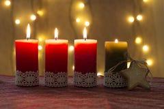 Velas del advenimiento adornadas, por tiempo de Navidad Imagen de archivo