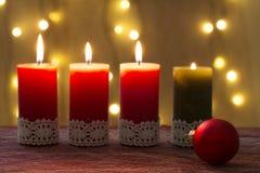 Velas del advenimiento adornadas, por tiempo de Navidad Foto de archivo