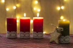 Velas del advenimiento adornadas, por tiempo de Navidad Fotos de archivo libres de regalías
