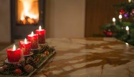 Velas del advenimiento con el árbol de navidad y el fuego ardiente de la chimenea Imagenes de archivo