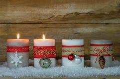 Velas del advenimiento de la Navidad Imágenes de archivo libres de regalías