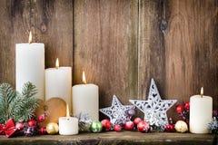 Velas del advenimiento de la Navidad con la decoración festiva Fotografía de archivo libre de regalías
